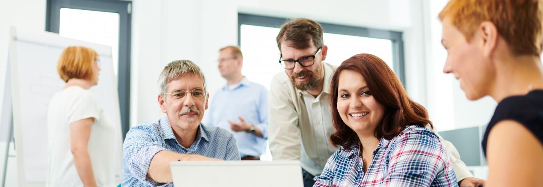 Kollegen arbeiten gemeinsam im Büro